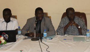Le présidium de la cérémonie (à gauche, le SG du MESS et au micro, le promoteur )