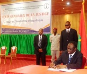 Le-Président-du-Faso-a-procédé-à-la-signature-du-Pacte-national-pour-le-renouveau-de-la-justice-ce-samedi-28-mars-2015.
