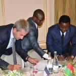 Photo Signature du contrat entre le Ministre Soulama et Christophe Fontaine Dg de Oberthur Technologie