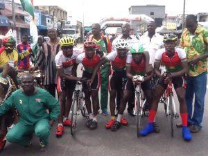 Cyclistes et dirigeants burkinabè posent à la fin du Tour