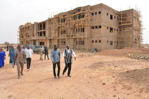 Le ministre, au premier plan, main dans la poche, visitant les chantiers sur le site du CUP de Ouahigoua