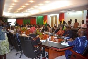 Le Premier ministre et les participants en séance d'examen du DSP